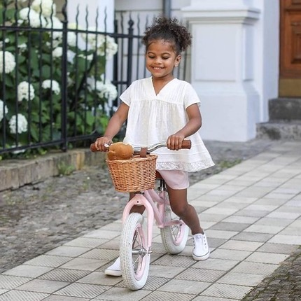 Looking for a birthday gift from 3 years old ? Discover our balance bikes collection, ideal for teaching children balance before the move on to the next step : cycling like the big kids ☺️🚲 #birthdaykids #kidsgiftideas #bagheracar #vintagetoys 📷@emilykornya ❤️
