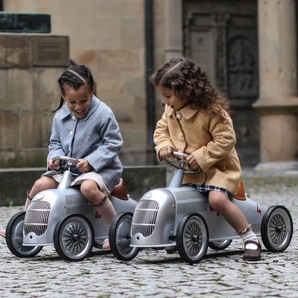 Check out our new Mercedes ride-ons inspired by the Silver Arrow W 25 😍🏎 Ride-on from 2 years old.  📸@EmilyKornya👏😊  Models @thelittlenestlingplace  @maria.ftopper 👌🏼 and @britannical_london for these perfect coats @collegien_officiel 🧦❤️ #baghera #vintagetoys #kidsgiftideas #instatoys #toysgram
