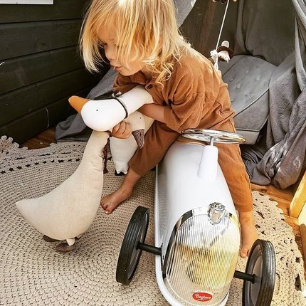🚨Summer vacation's coming🚨 Let's take a ride-on and go to the seaside, to the countryside or the mountains ! So many things to see and enjoy : Learning is in the discovery 🌊⛰🏖 We wish our little pilots the best of Summers 😊 📷@mojeczworo 👏🏻❤️ #bagheracar #instatoys #toystagram #summervacation #playingoutside