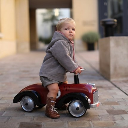 Discover our Speedster collection - from 1 y.o - perfect ride-ons to go on an adventure 😊❤️ 📷@emilykornya 👶@bea.couturier 😍 #bagheracar #instatoys #toystagram #jouetbebe #cadeaunaissance #babyshowergifts