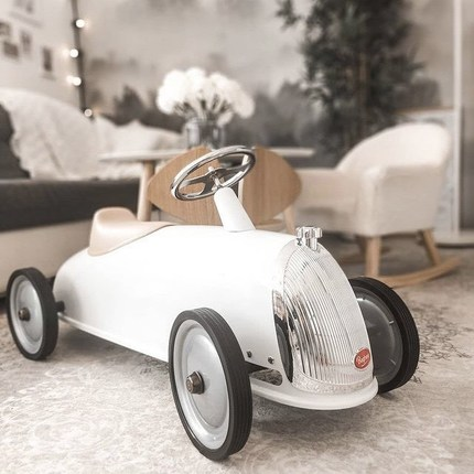 Looking for a babyshower gift that also looks good in a child's room? Discover our Rider Snow White 😊🎁 @sonja88k always such a beautiful photo 🎁🙏🏼 #instatoys #toystagram #bagheracar #babyshowergift #cadeaunaissance
