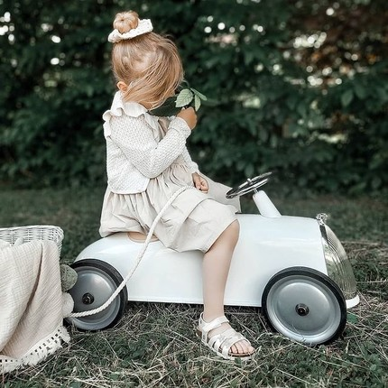 Who is the Rider made for ? It's a metal ride-on perfect for children from 2 years-old - max weight 25kg. Longer and heavier than our speedsters, it requires a slightly taller little pilots to fully enjoy it 😊 All our ride-ons have their own specificities so do not hesitate to contact us if you have any doubt ! @sonja88k thanks for your beautiful photos as always 🙏🏼❤️ #bagheracar #instatoys #toystagram #jouetvintage #cadeaubebe #babytoys