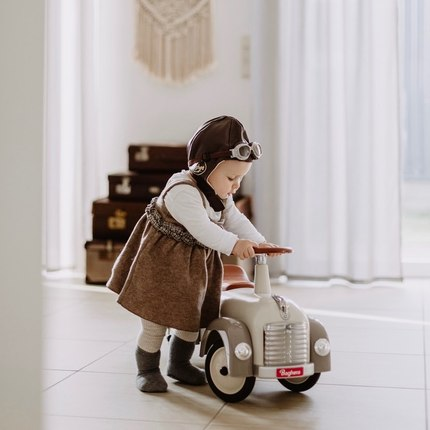 📷@ritaloewen - thanks a lot for this photo ! We love how your little pilot is focused 😊❤️👏🏻 #instatoys #babyshowergiftideas #bagheracar #toystagram #jouetbebe