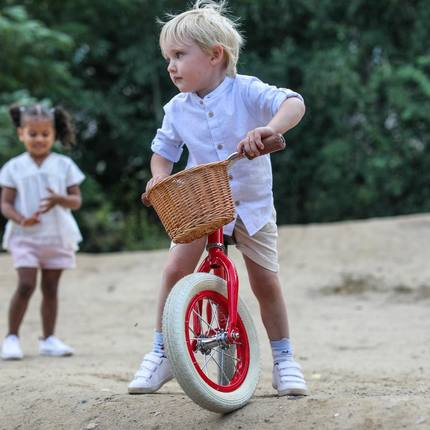 Why having a balance bike is important? Bikes without pedals are ideal to teach kids balance and develop motor skills before moving to the next step : ride a bike like the grown-ups ! ❤️ #bagheracar #balancebikes #instatoys #toystagram #playingoutside 📷@emilykornya 👌🏼