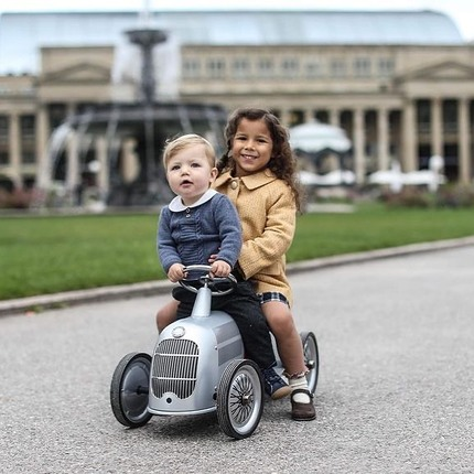 Thanks @emilykornya for this perfect photo of siblings 😍@maria.ftopper 🏎 And a big thanks to @britannical_london for the coats & @collegien_officiel for the stocks 👌🏼😊 #baghera #instatoys #toystagram #babygiftideas #mercedesbenz